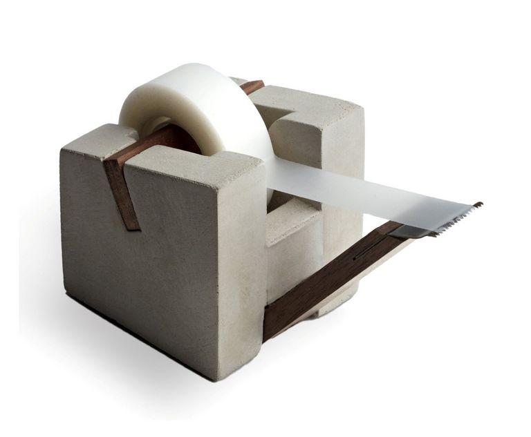 Billede af Praktiske og flotte tapeholdere i beton og valnøddetræ fra Tove Adman - til kontor eller butik